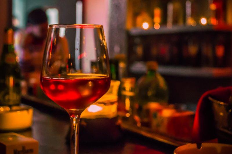 許多人喜歡小酌怡情,但65歲之後喝酒有什麼不一樣?(圖/Mohamed Aymen Bettaieb@flickr)