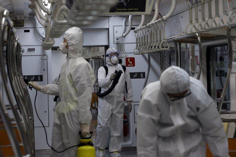 鄰近首爾的高陽市正在進行地鐵消毒作業。(美聯社)