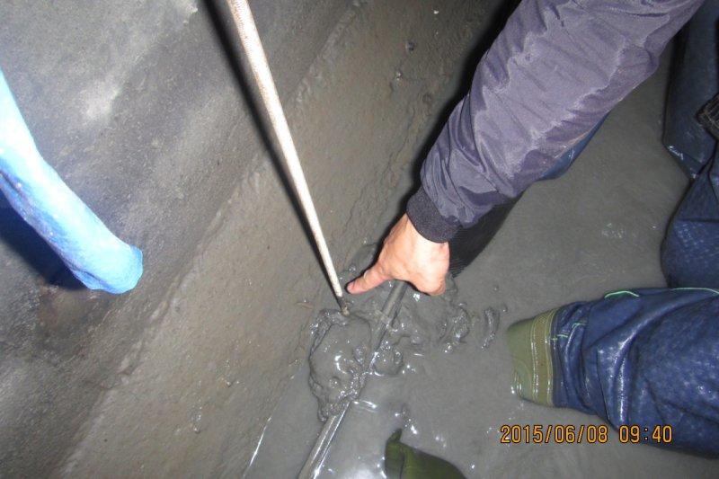 北市環保局10日上午表示,大巨蛋工程的砂石水沉澱不完全就排入箱涵,致箱涵淤積厚達20至30公分。環保局擔心夏季颱風來襲會排水不及,已依法開罰2次,並限期改善。(北市府環保局提供)