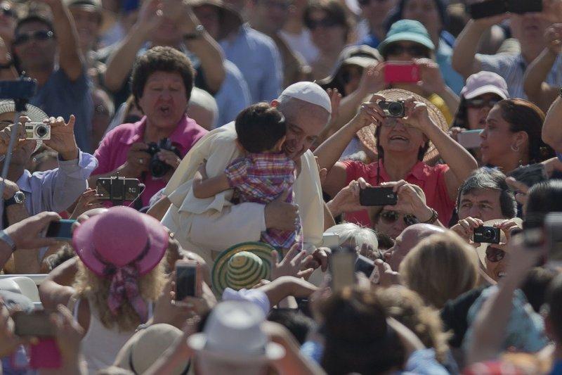教宗方濟各擁抱兒童。(美聯社)