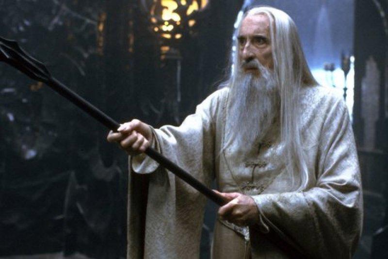 曾於電影《魔戒》中飾演白袍巫師薩魯曼的克里斯多福李(Christopher Lee)7日辭世,享壽93歲。(取自推特)