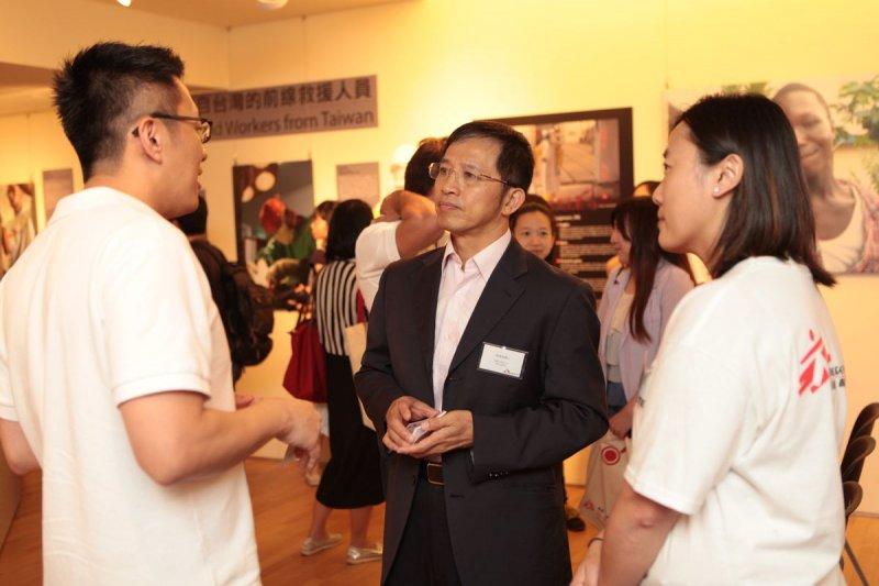 無國界醫生(香港)主席劉鎮鯤醫生(左)向衛福部國際合作組主任商東福介紹展覽內容。(顧哲銘/地球圖輯隊攝)(MSF提供)