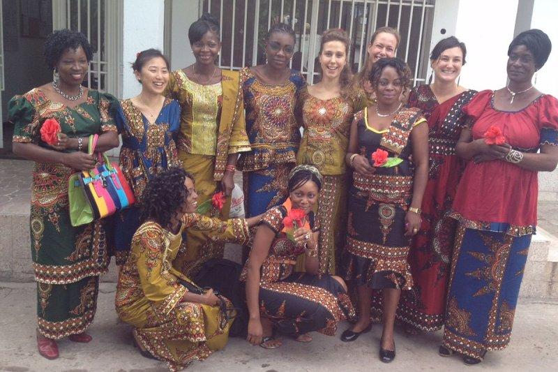 去年三月在剛果民主共和國參與無國界醫生救援任務的鄭巧鈺(後排左二),與當地的女同事,一起穿上新訂製的在地服飾慶祝婦女節。(MSF提供)