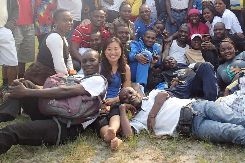 鄭巧鈺(前排左二)2014年2月在剛果民主共和國首都金沙薩,負責愛滋病治療計劃的財務與行政工作。(鄭巧鈺、MSF提供)
