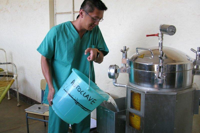 2008年7月加入無國界醫生的劉鎮鯤,9月到12月進行第一份任務,前往蘇丹擔任麻醉科醫生,培訓當地志工。(MSF、劉鎮鯤提供)