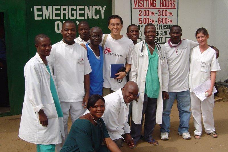 宋睿祥在賴比瑞亞與無國界醫生當地的員工合照。(宋睿祥、MSF提供)