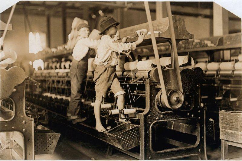 1909年,美國喬治亞州工廠內的童工。(維基百科)