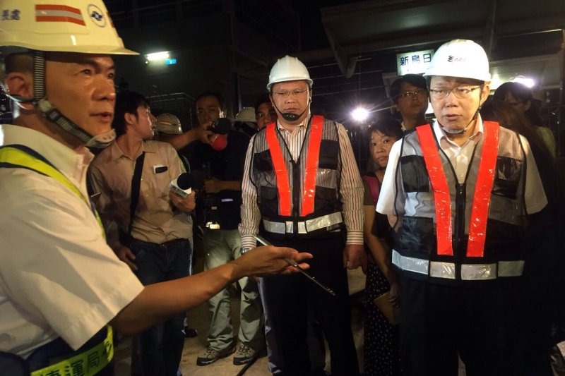 台北市長柯文哲(右)視察中捷停工段,由於距離僅2公尺,恐危及台鐵烏日站。(台北市政府提供)