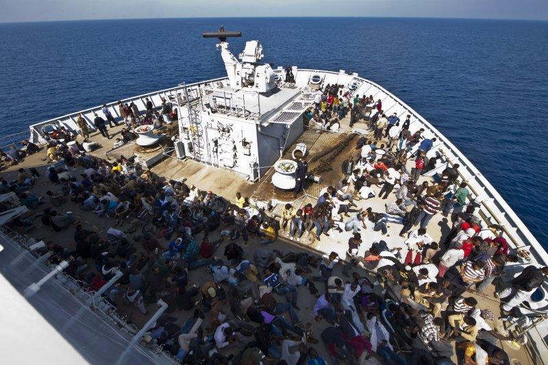 圖為幸運獲救的地中海難民。(美聯社)