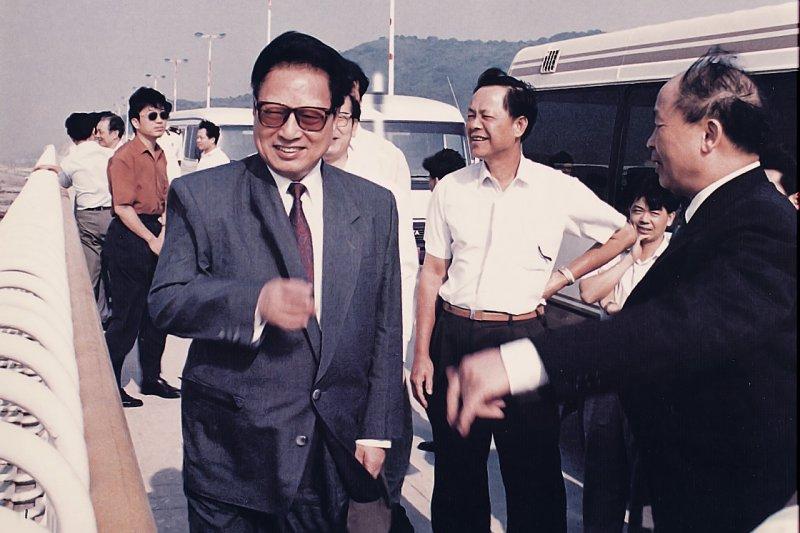 1994年中共人大常務委員會委員長喬石(左)視察海南島珠海大橋。