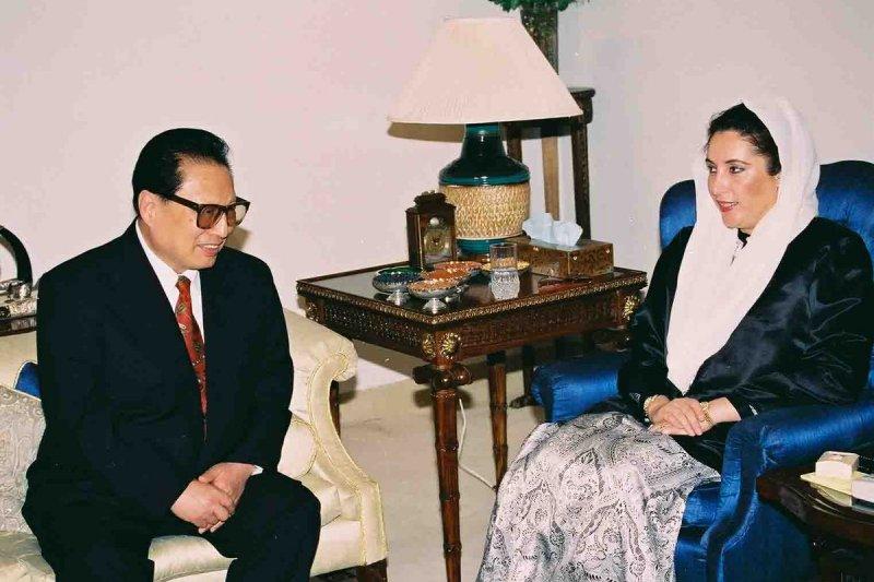 1995年11月,巴基斯坦前總理布托會晤到訪的喬石。
