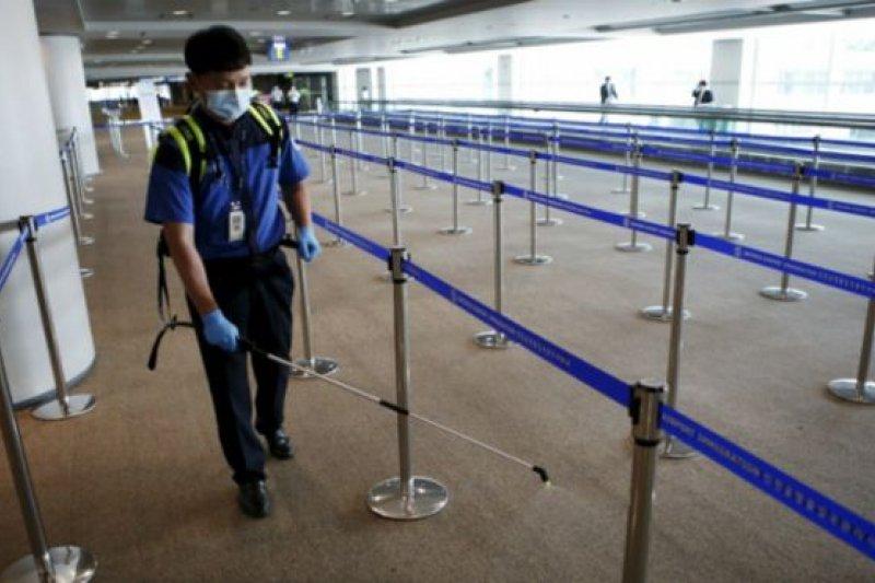 由於中東呼吸綜合症減少前往韓國的需求,中國多間航空公司已減少飛往韓國的航班班次(圖為韓國仁川國際機場工作人員在機場消毒)。