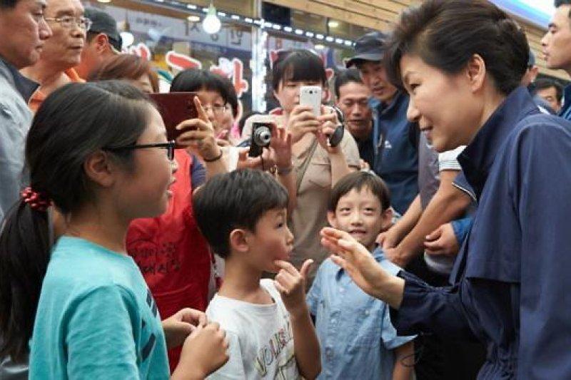 朴槿惠14日視察東大門的消費情況。