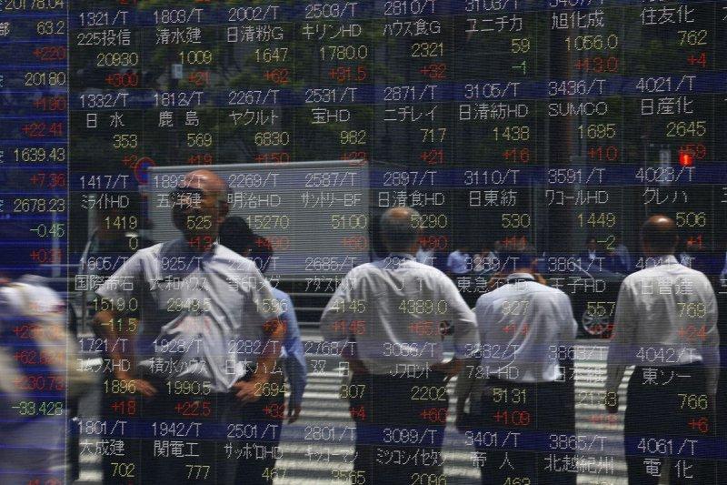 希臘違約在即引發市場的憂心,釀成全球股災,各國股市幾乎全部下跌。(美聯社)