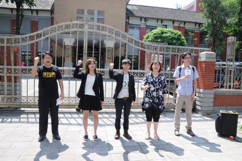 經過兩次政黨輪替的台灣,可以給小黨生存的空間嗎?(圖為小黨參選人在立法院前痛批國民黨應為修憲失敗負責。社民黨提供)
