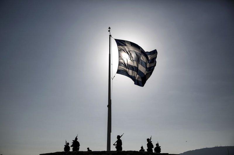 晨光熹微中的希臘國旗(美聯社)