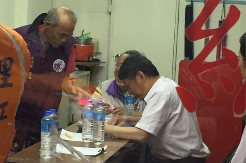 台北市長柯文哲18日晚上拜訪汀洲路上的釘子戶,但仍無法說服該名住戶同意都更。(網友lawinshit 提供)