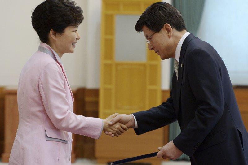 南韓總統朴槿惠(左)18日下午在青瓦台向新總理黃教安(右)頒發任命狀。(美聯社)