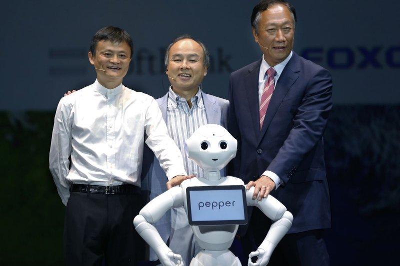 馬雲、孫正義、郭台銘與機器人「Pepper」(美聯社)