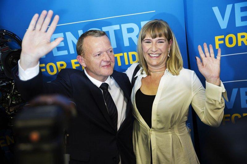 自由黨(Venstre)領袖拉斯穆森(Lars Løkke Rasmussen)與妻子感謝選民支持。(美聯社)