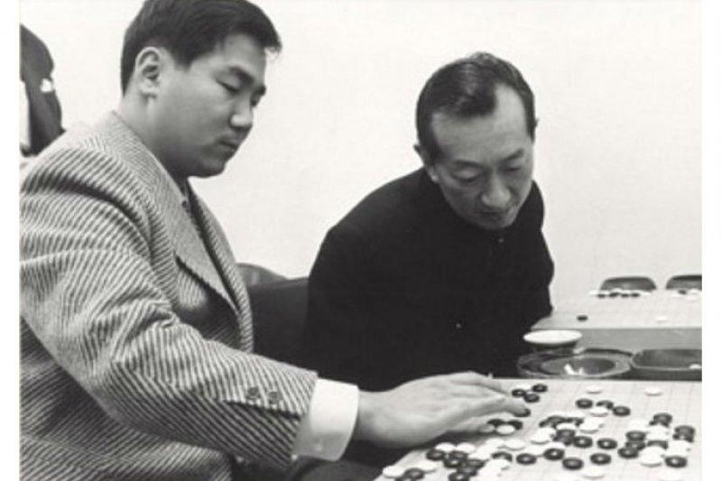 吳清源 51歲首次遭遇7連敗,當年徒弟林海峰以23歲之齡,拿下日本史上最年輕「名人」頭銜。