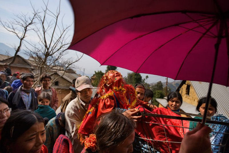 在尼泊爾,童婚是常態。16歲的 Surita 在前往丈夫家路上哀嚎抗議著。