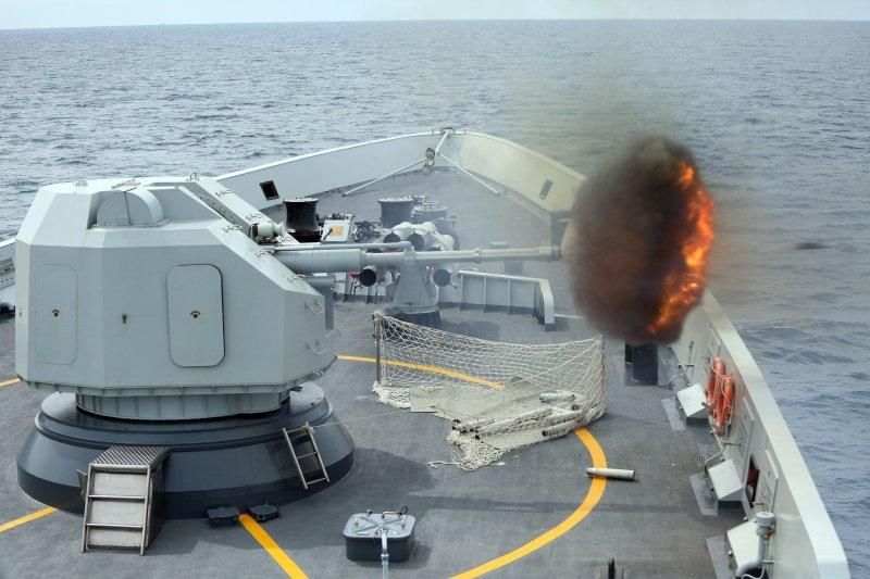中國人民解放軍海軍的「玉林號」飛彈護衛艦在南海演練。(美聯社)