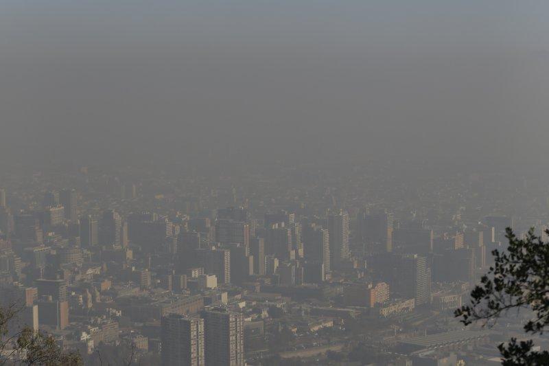 PM2.5微粒包括硫酸鹽和黑碳等毒素,能夠深入肺部或心血管系統,構成的健康風險最大。世衛組織說,這些微粒會引發中風、心臟疾病、肺癌和諸如肺炎等呼吸道感染病。(資料照,美聯社)