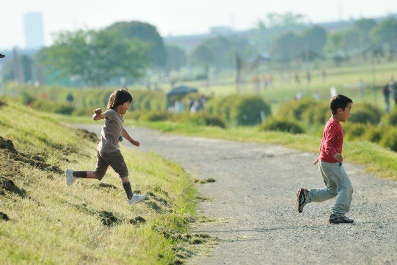 為了讓孩子體驗不同文化,他們帶著孩子移居世界各地(圖/ajari@flickr)