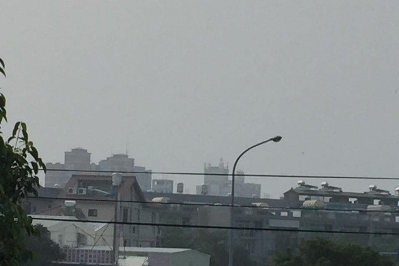 過去中部空氣污染較嚴重,今天則是北部多處出現橘色警戒。