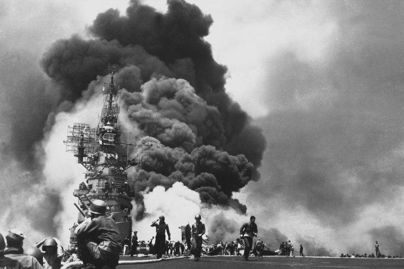 沖繩戰役中,美國碉堡山號航空母艦被神風飛機重創。(維基百科)