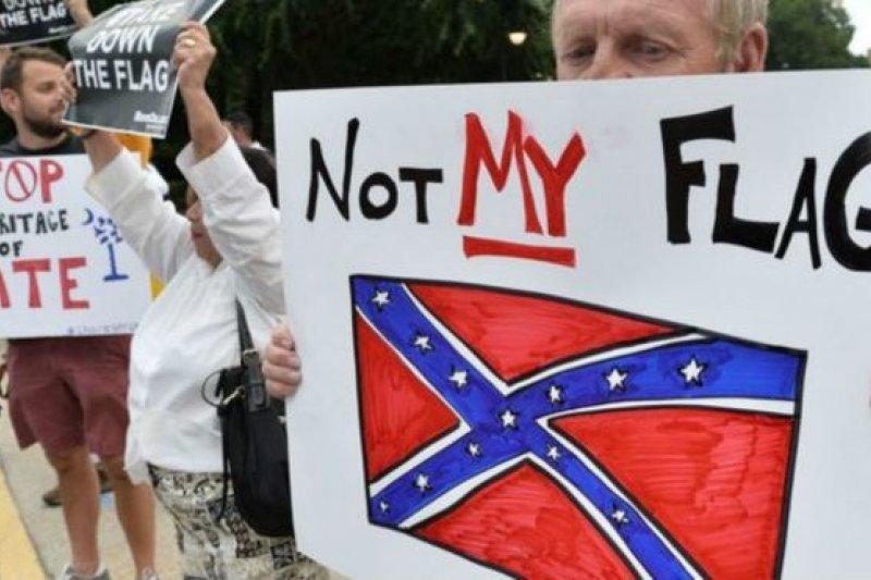 示威者要求將南方聯盟的代表象徵完全除去。(BBC中文網)