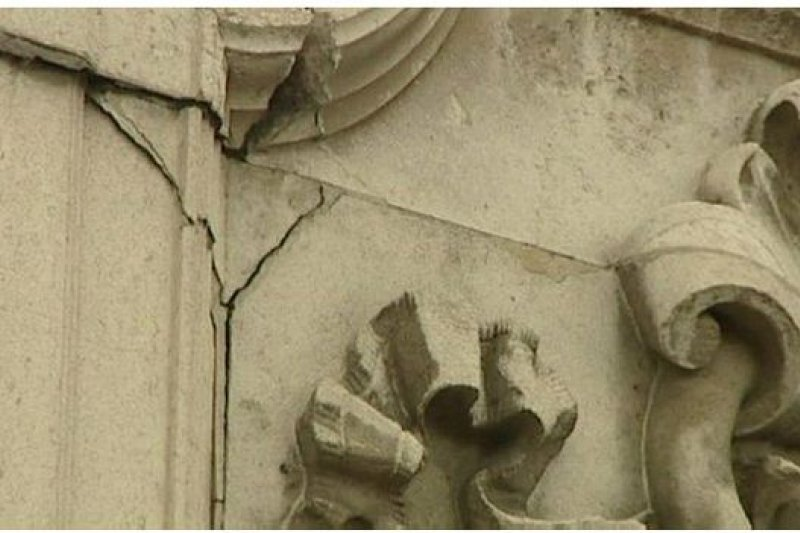 白金漢宮的一些外牆已經出現裂縫。(BBC中文網)