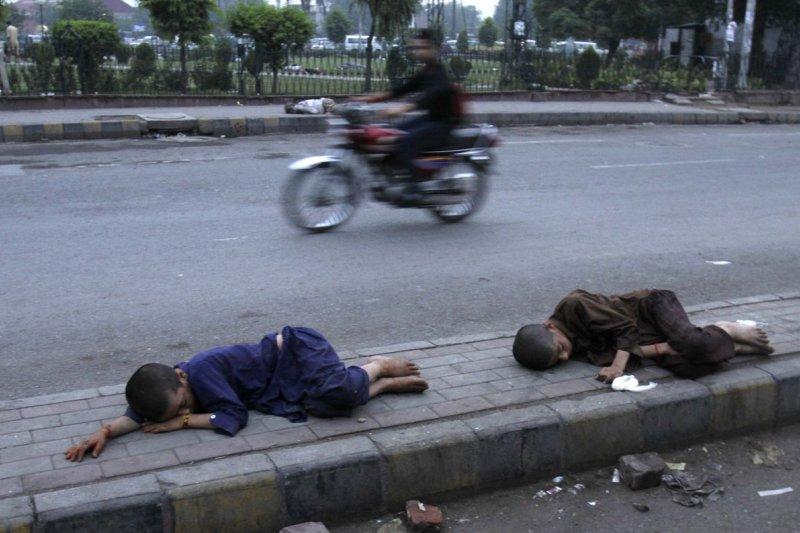 巴基斯坦熱浪來襲,無家可歸的兒童倒臥街頭(美聯社)