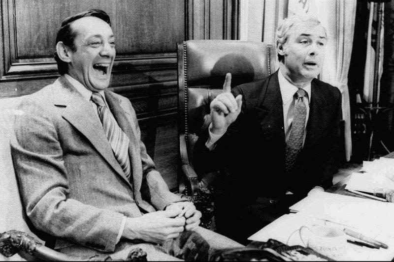 1977年4月,米爾克(左)與舊金山市市長莫斯科尼。