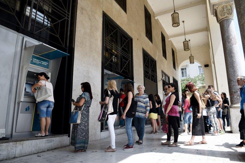 希臘實施資本管制,民眾只能從ATM提領現金。(美聯社)