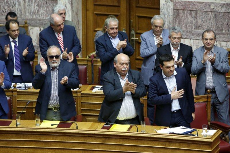 希臘國會27日凌晨表決通過,7月5日舉辦公投。(美聯社)