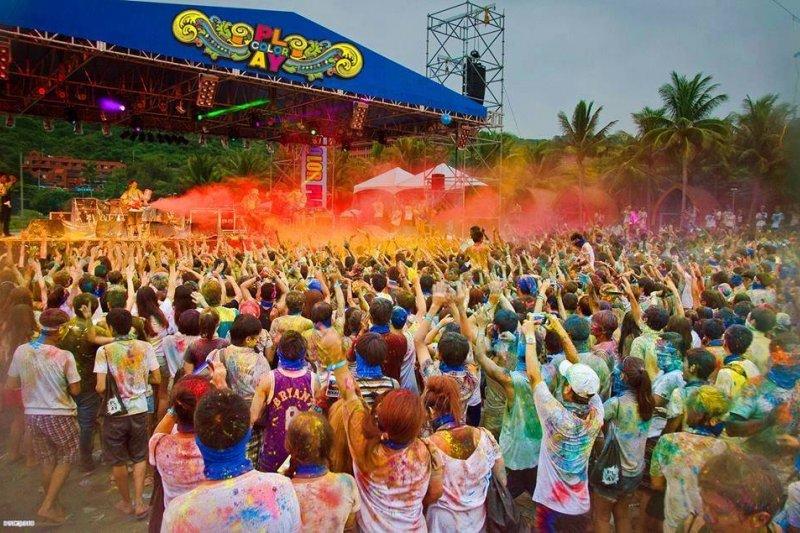 台灣戶外活動流行使用彩色粉末,但粉塵爆燃不能使用滅火器來滅火,應噴水或以溼毛巾、溼衣物覆蓋滅火,避免使火勢擴大。(取自臉書)