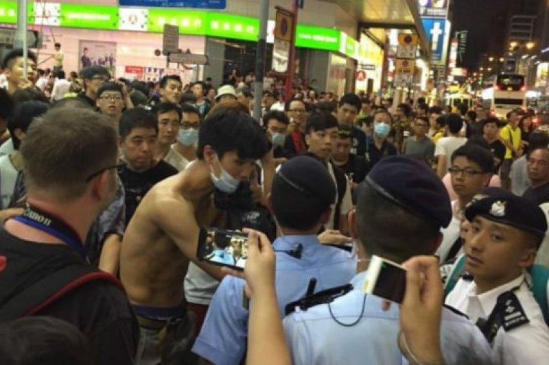 香港「本土派」團體號召支持者星期日(6月28日)晚到旺角西洋菜街行人專用區參加「唱蝗團」驅趕跳廣場舞的「大媽大叔」,雙方發生肢體衝突。(BBC中文網)