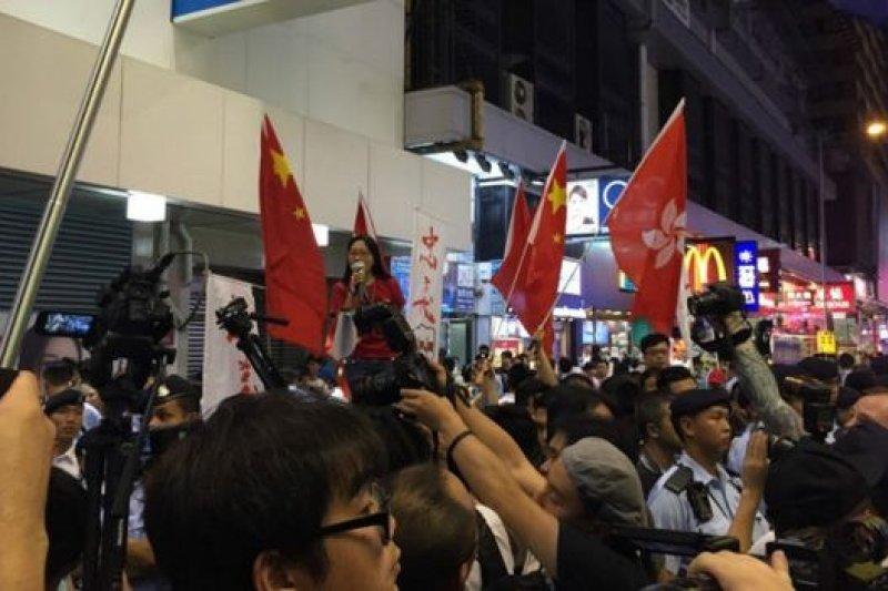 親北京團體「愛港行動」等其後亦到場,揮動五星國旗與「本土派」團體等打對台。(BBC中文網)