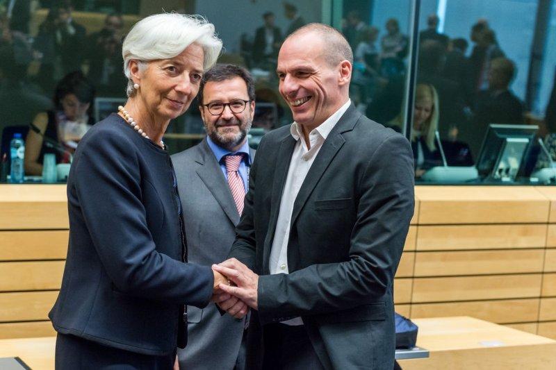 IMF總裁拉加德(左)與希臘財政部長瓦魯法吉斯(美聯社)