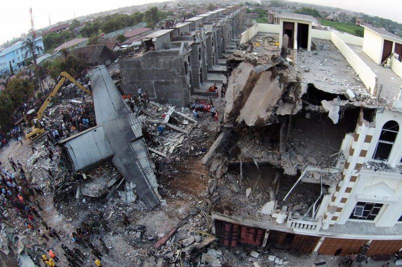 印尼空軍的C-130墜毀在住宅區,這張高處拍攝的照片可以看出現場慘況。(美聯社)
