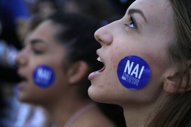 支持希臘續留歐元區的民眾走上街頭(美聯社)