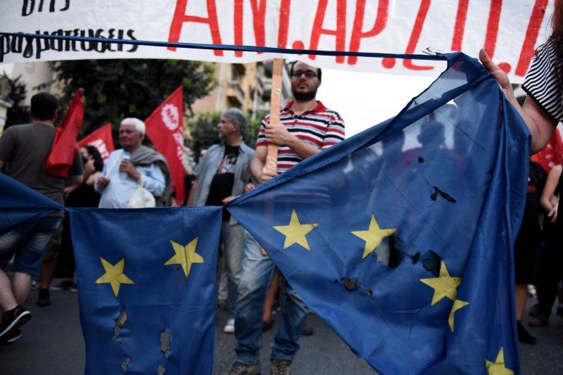 反對撙節方案的希臘民眾在街頭撕毀歐盟旗幟。(美聯社)