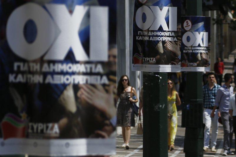 希臘街頭寫著「不」(希臘文「OXI」)的撙節公投宣傳海報。(美聯社)