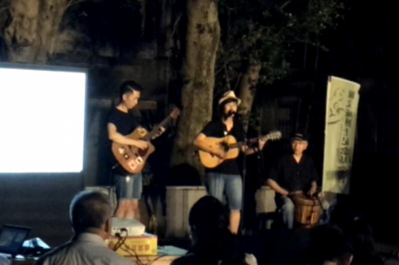 逝世34週年,台大學生會在陳文成當年逝世的地點,演唱歌曲追悼陳文成。(取自livesream)