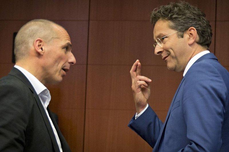 希臘財長瓦魯法基斯(左)與歐元集團主席、荷蘭財長戴塞爾布盧姆(美聯社)