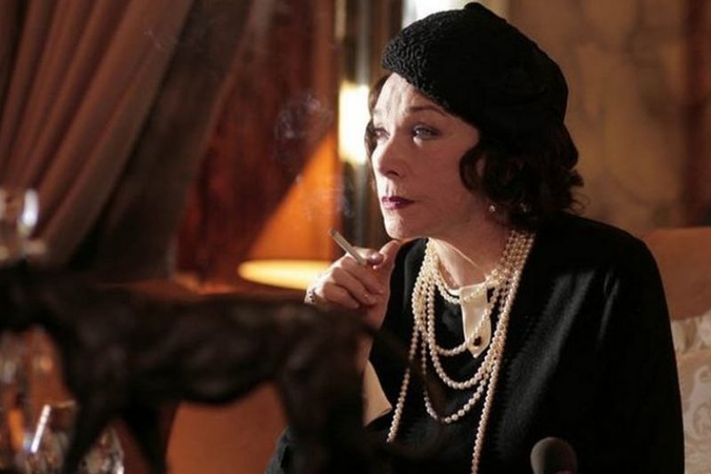 莎莉麥克琳(Shirley MacLaine)飾演年老香奈兒吸菸的橋段。(劇照/吸菸有害健康)