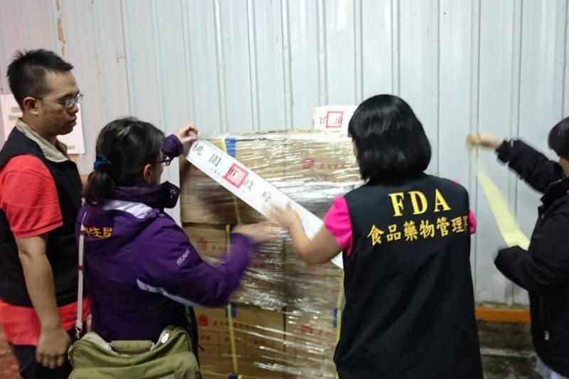 食安問題多起因於管理鬆散,圖為食藥署查獲廠商的逾期、未來食品遭封存。(禾取自食藥署網站)
