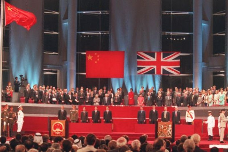 1983年中英兩國就香港前途問題展開談判期間,有英國官員曾考慮將港人搬至北愛爾蘭居住(圖為1997年7月1日香港主權移交儀式)。(BBC資料照片)